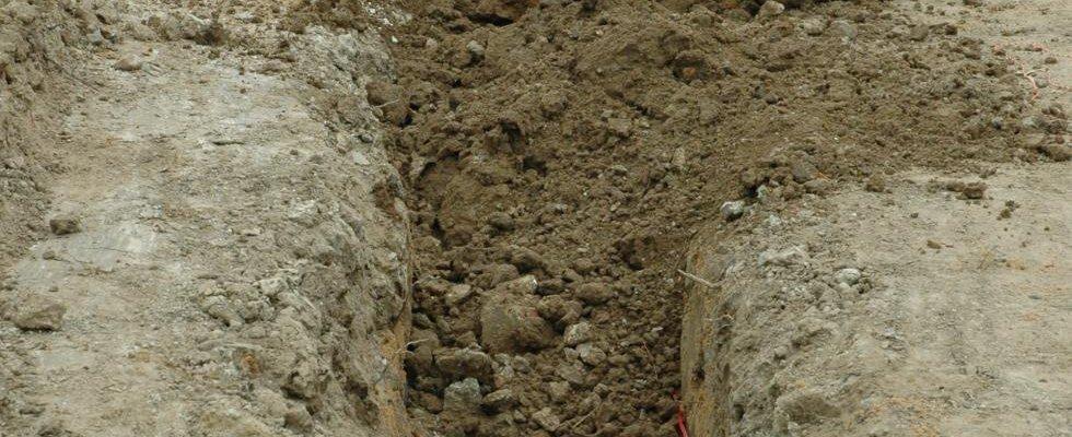 Recouvrement avec présence provisoire des tuyaux utilisés pour le géoréférencement des réseaux (eau, électricité, téléphone).