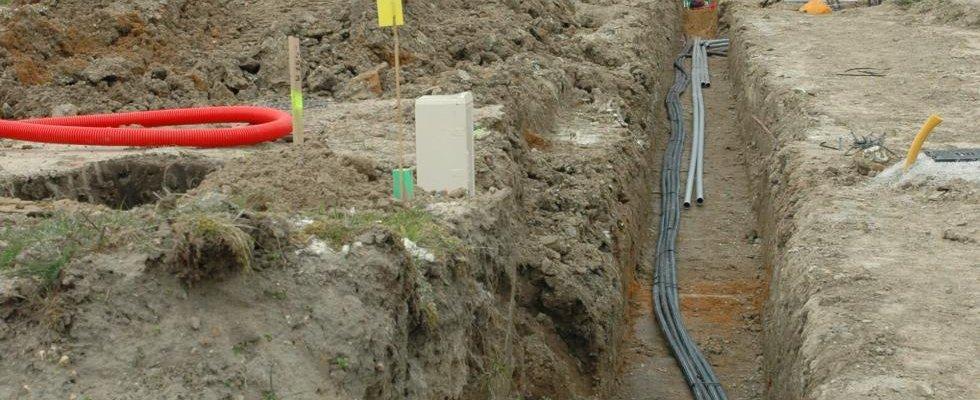 Déroulement câbles & tuyaux dans tranchée.